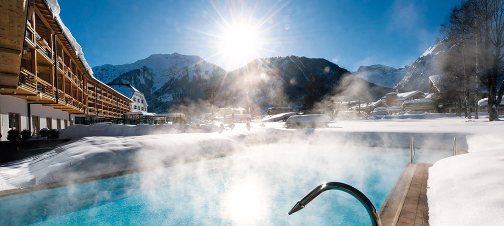 travel_charme_hotel_am_achensee_aussen_haus_pool_winter_1074x483_web
